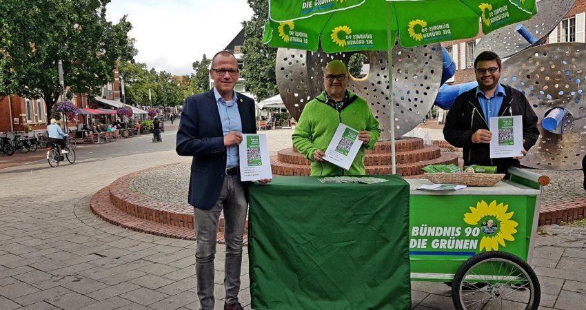 Von links nach rechts: Oliver Kellner, Christian Sorge und Simon Hiller präsentieren das Arbeitsprogramm in Leichter Sprache